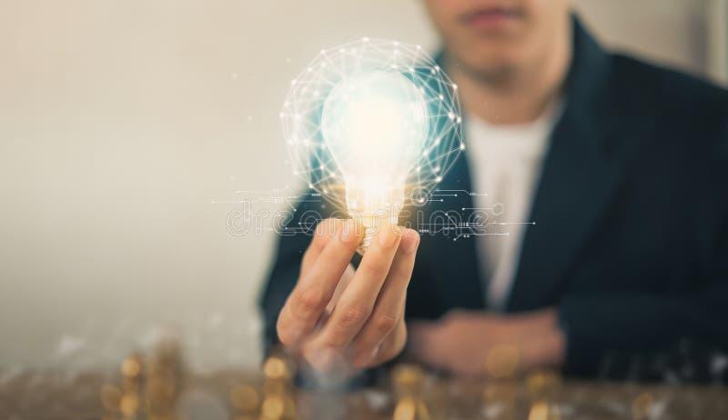 A mão que guardam a ampola com inovativo e a faculdade criadora são chaves ao sucesso fotografia de stock royalty free