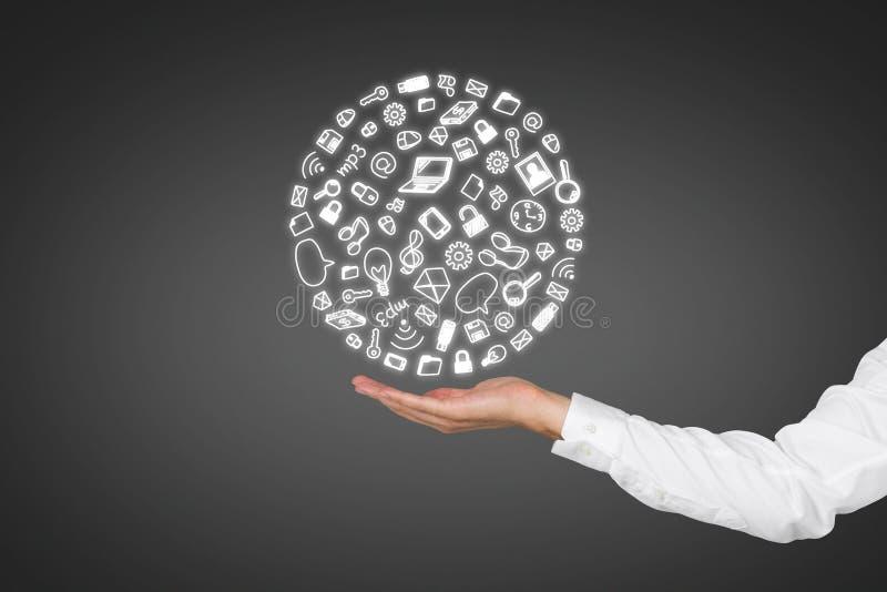 Mão que guardara ícones sociais dos media imagem de stock royalty free