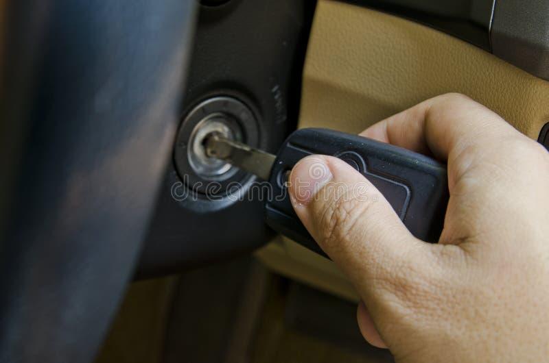 Mão que guardara a chave do carro foto de stock