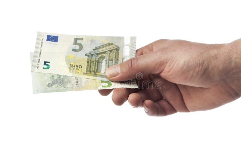 Mão que guardara duas cinco contas novas do Euro imagens de stock royalty free