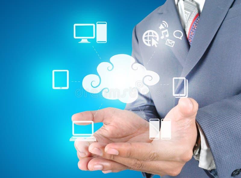 Mão que guardara a tecnologia da computação da nuvem fotografia de stock royalty free