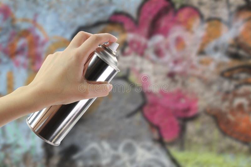 Mão que guardara um pulverizador dos grafittis fotografia de stock royalty free