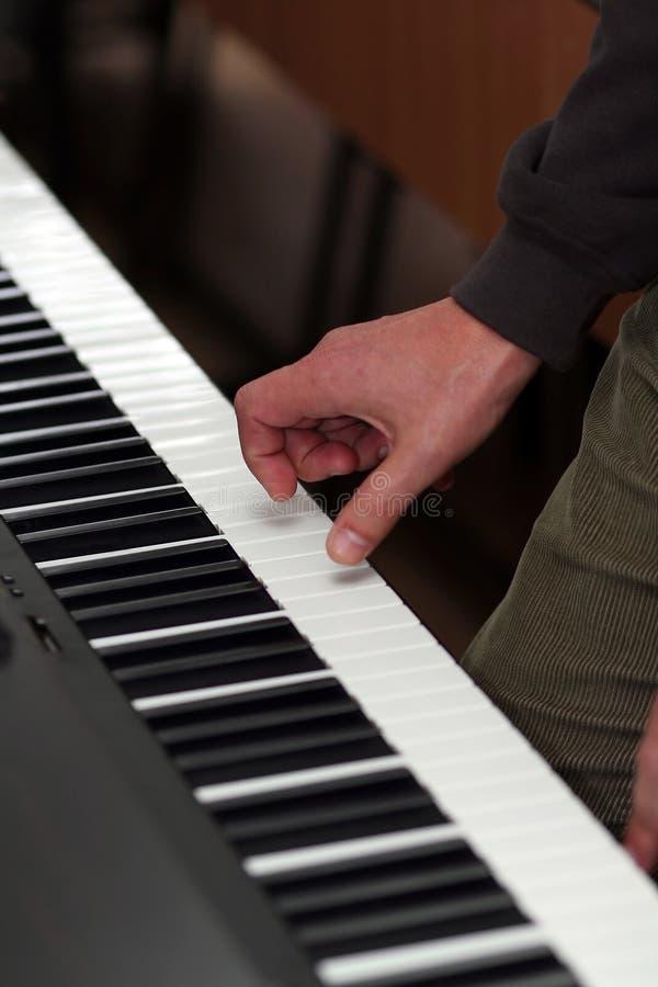 Mão que joga o piano imagens de stock royalty free