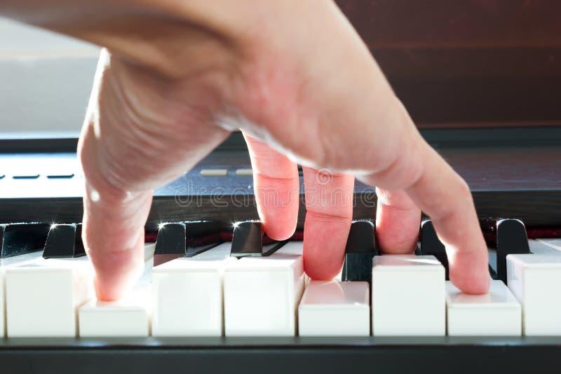 Mão que joga o piano fotografia de stock