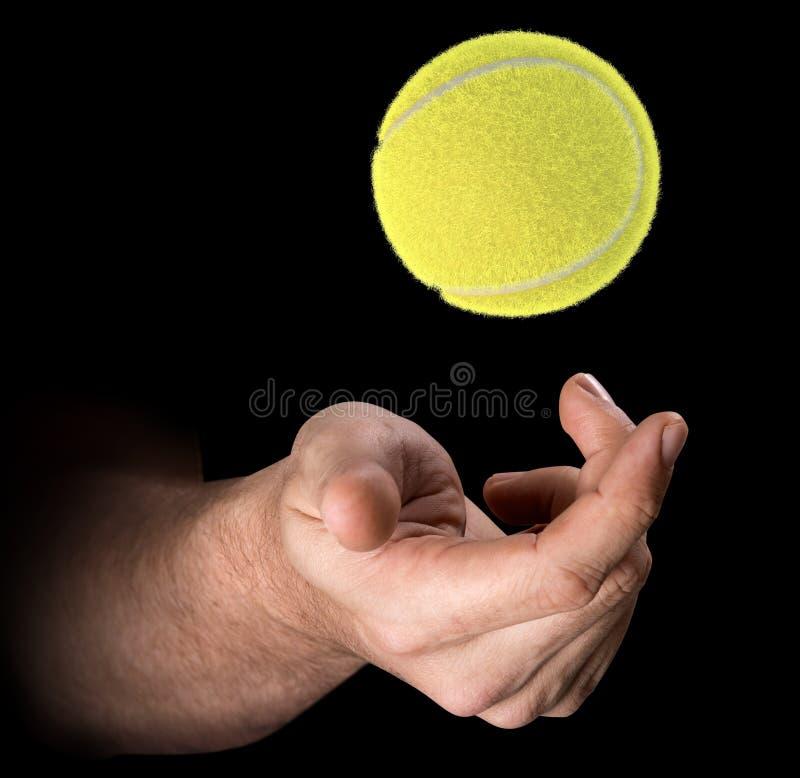 Mão que lanç a bola de tênis ilustração royalty free