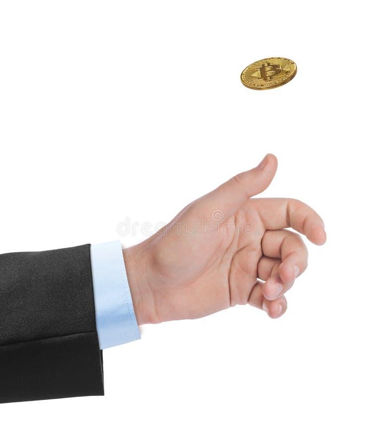 Mão que lanç um bitcoin fotografia de stock