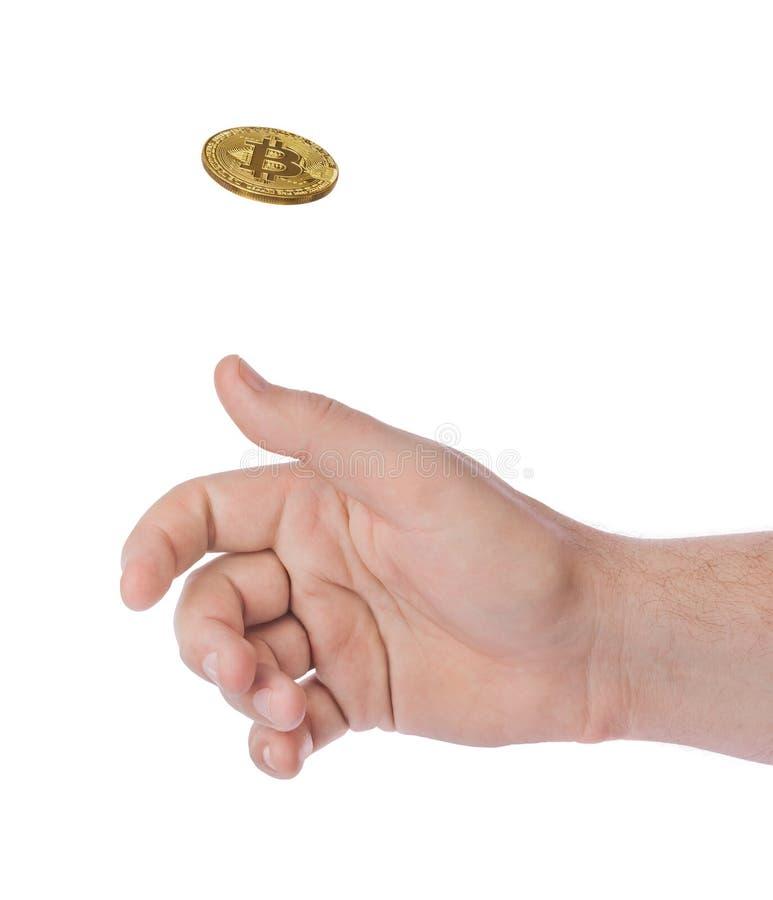 Mão que lanç um bitcoin imagem de stock