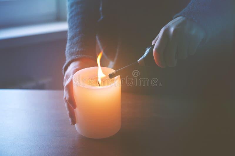 Mão que leve a vela imagem de stock royalty free