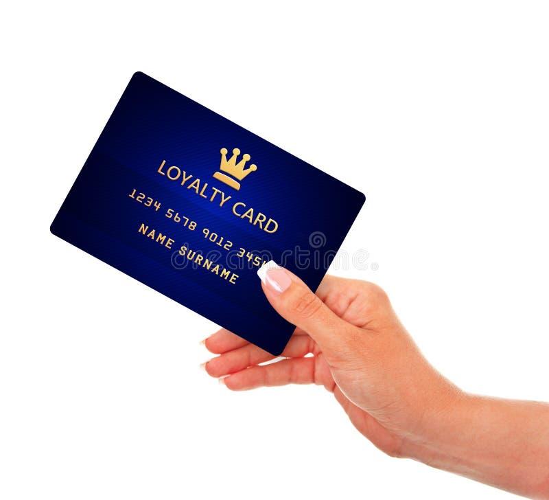 Mão que mantém o cartão da lealdade isolado sobre o branco fotografia de stock royalty free