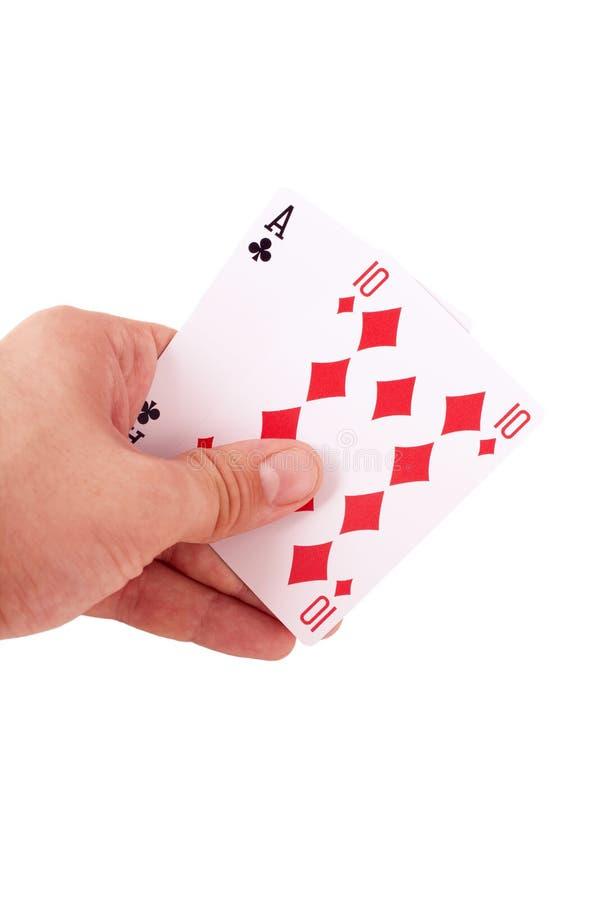Mão que mantem dois cartões de jogo isolados fotografia de stock