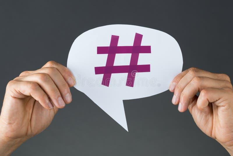 Mão que mostra Hashtag na bolha do discurso fotografia de stock royalty free