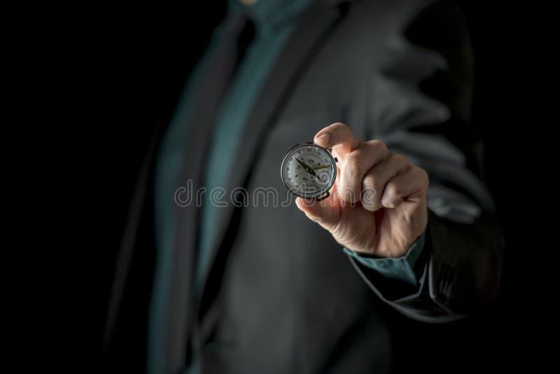 Mão que mostra o compasso foto de stock