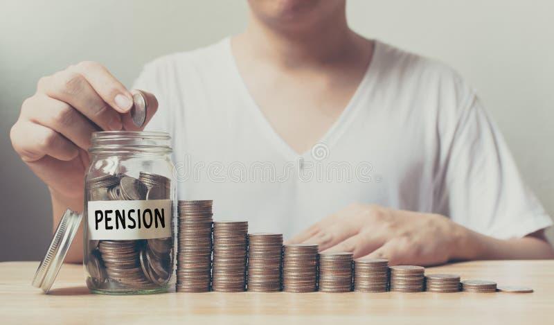 Mão que põe moedas na pensão da palavra do frasco com o gro da etapa da pilha do dinheiro imagem de stock
