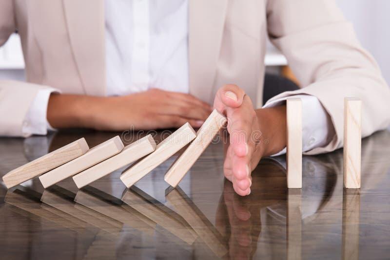 Mão que para blocos de madeira da queda foto de stock royalty free