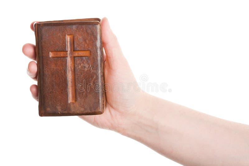 Mão que prende a Bíblia velha fotos de stock