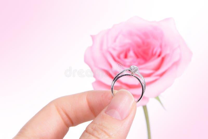Mão que prende o anel de casamento romântico do diamante imagens de stock