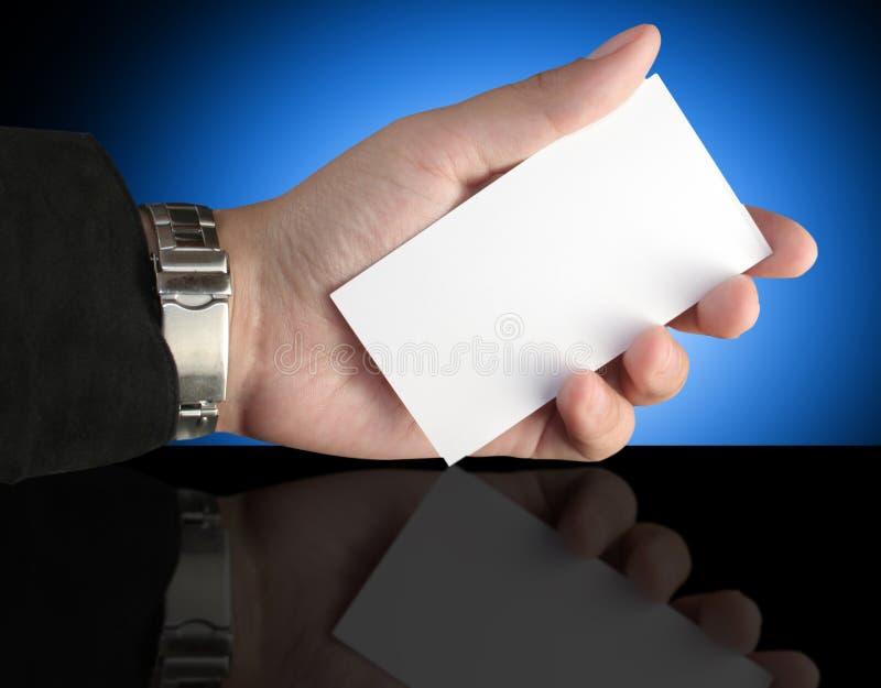 Mão que prende o cartão da apresentação em branco fotografia de stock royalty free