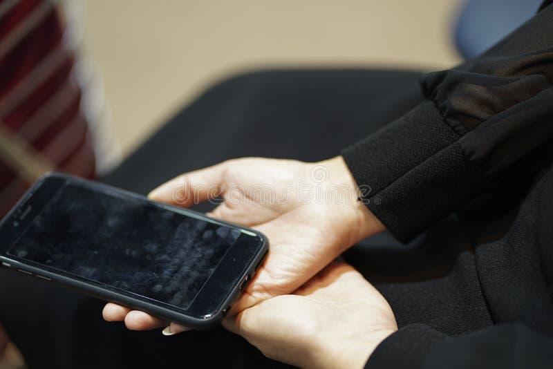 Mão que prende o telefone móvel imagens de stock