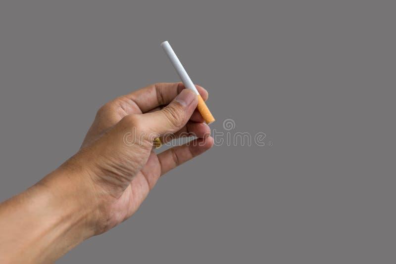 Mão que prende um cigarro imagem de stock royalty free