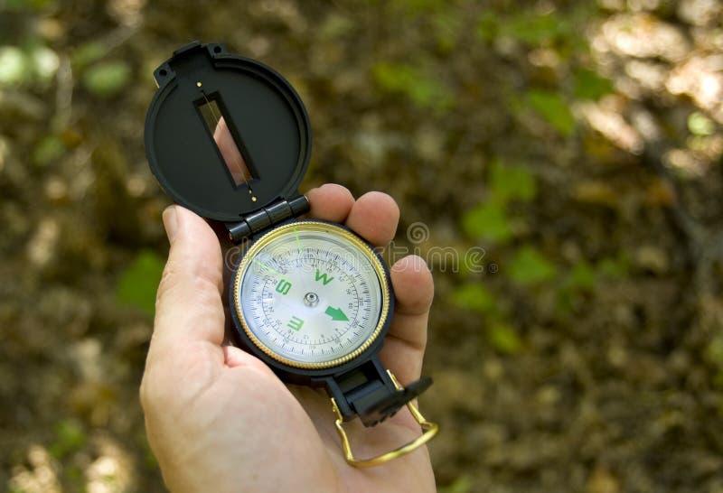 Mão que prende um compasso fotografia de stock royalty free