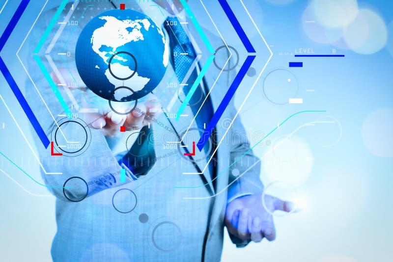 Mão que tira o fluxograma vazio no computador moderno novo como o conceito fotos de stock royalty free