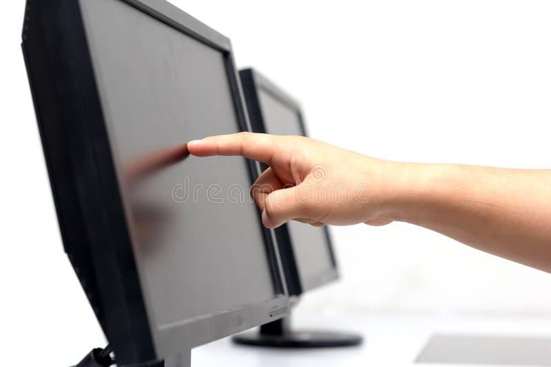 Mão que toca em um tela plano imagens de stock