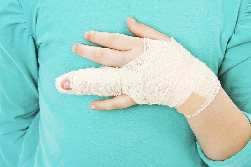 Mão quebrada da criança imagem de stock royalty free