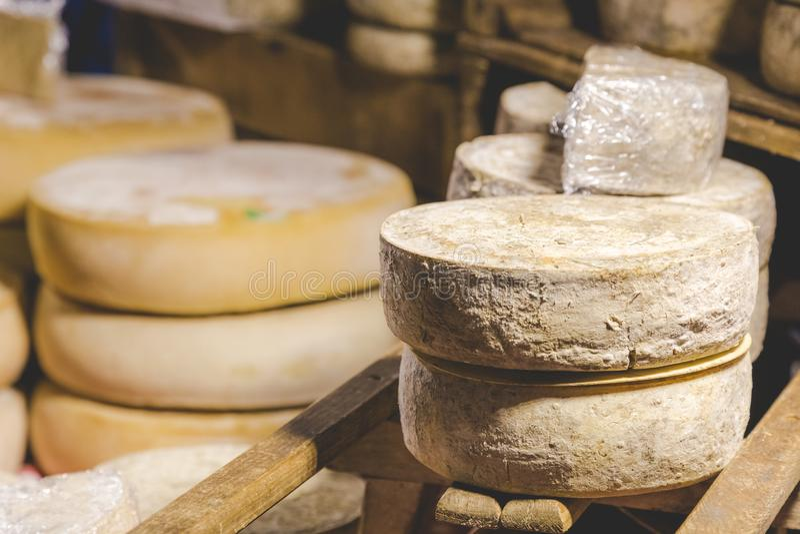 Mão - queijo feito fotos de stock royalty free