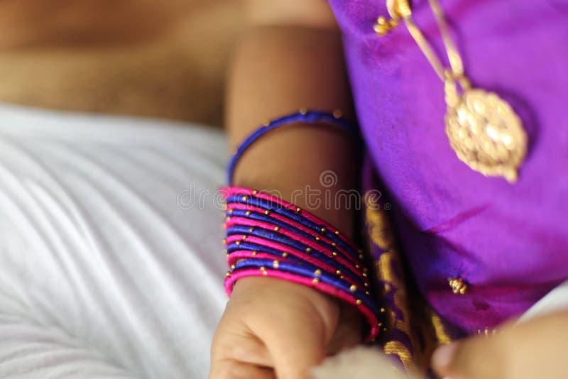 Mão recém-nascida do bebê do bebê fotografia de stock royalty free