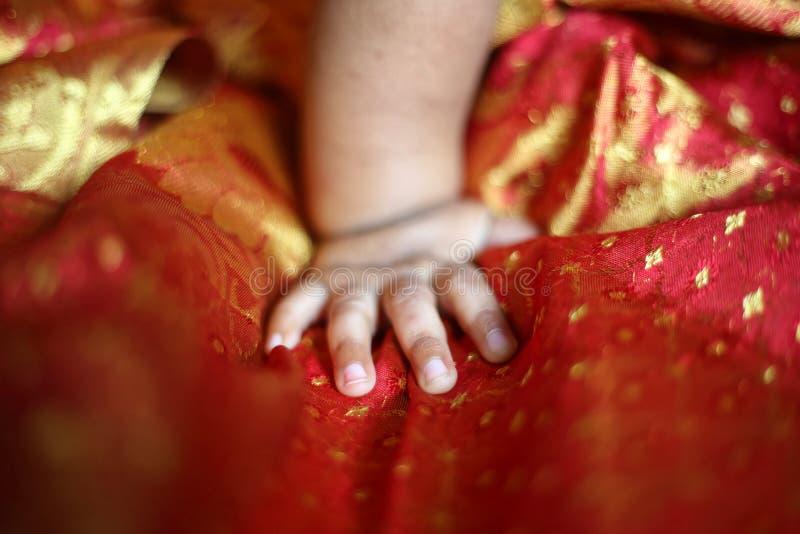 Mão recém-nascida do bebê do bebê foto de stock