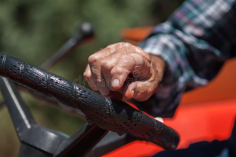 Mão resistida do fazendeiro Driving seu trator fotos de stock royalty free