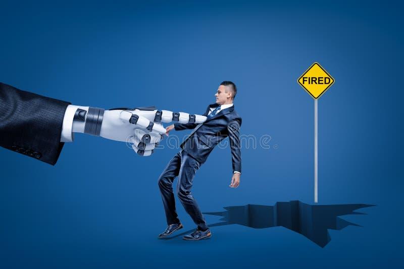 M?o rob?tico grande que puxa um homem de neg?cios na quebra da terra com sinal ATEADO FOGO amarelo no fundo azul ilustração royalty free