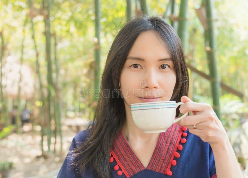 Mão tailandesa do uso da senhora que guarda o copo de café imagens de stock royalty free