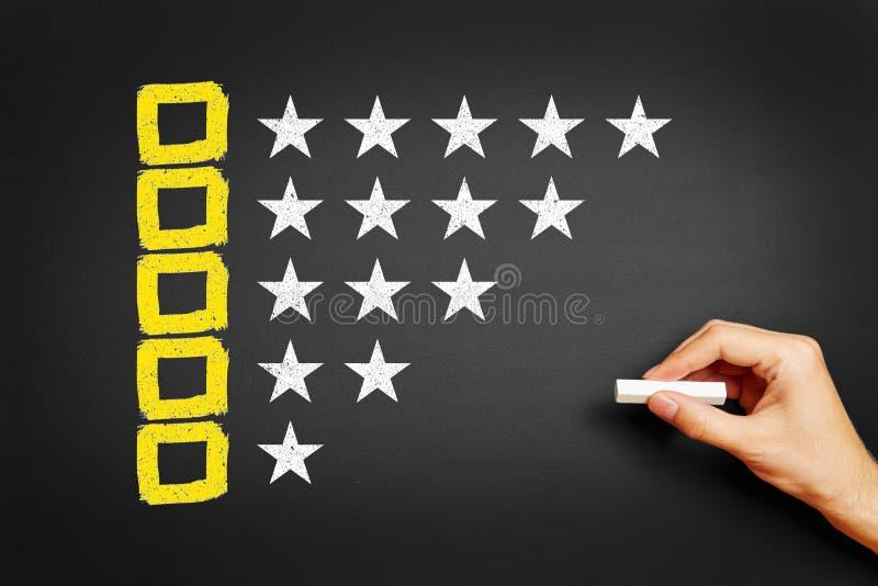 A mão tira o conceito para o feedback com caixas de seleção e estrelas fotografia de stock