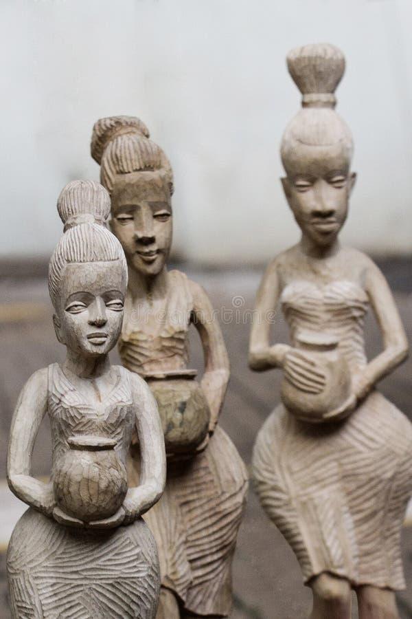 A mão três cinzelou esculturas de madeira foto de stock royalty free