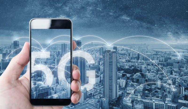 Mão usando o telefone esperto móvel, e tecnologia da conexão de rede wireless na cidade, com sinal dos trabalhos em rede do Inter fotografia de stock