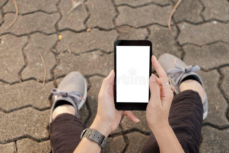 Mão usando a rua urbana do telefone celular fotografia de stock