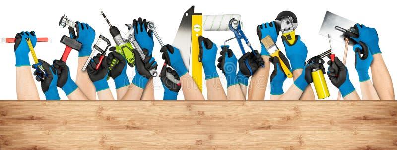 A mão utiliza ferramentas a bandeira fotografia de stock