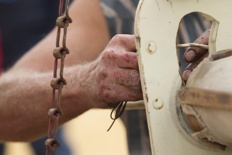 Mãos ásperas e gordurosas no trabalho fotos de stock royalty free