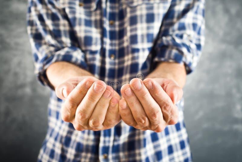 Mãos abertas do homem para implorar fotografia de stock