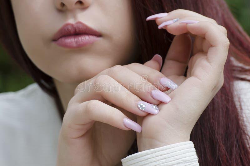 Mãos adolescentes com tratamento de mãos foto de stock