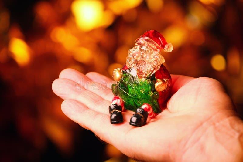 Mãos adultas do homem dos brinquedos do ano novo fotografia de stock royalty free