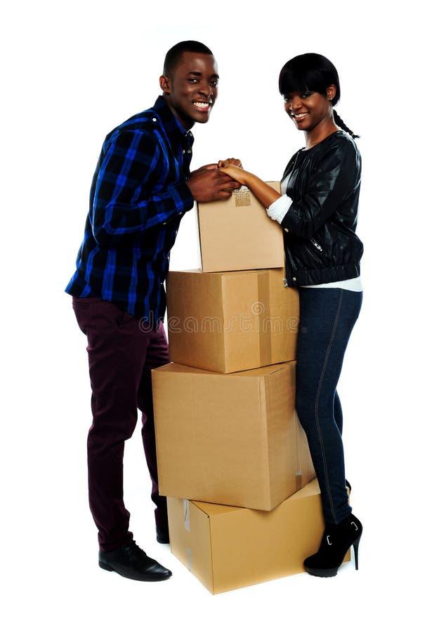 Mãos africanas da terra arrendada dos pares do amor fotos de stock royalty free