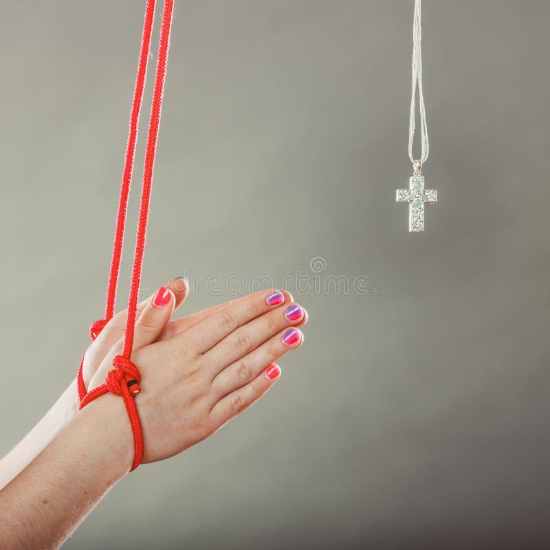 Mãos amarradas Forçado humano a rezar Fé falsificada foto de stock