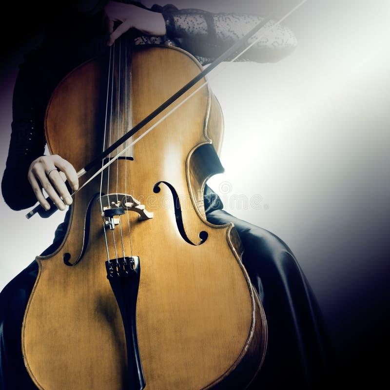 Mãos ascendentes próximas do violoncelo fotografia de stock