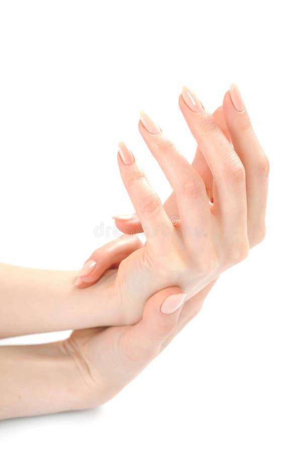 Mãos bonitas com manicure bege perfeito fotografia de stock