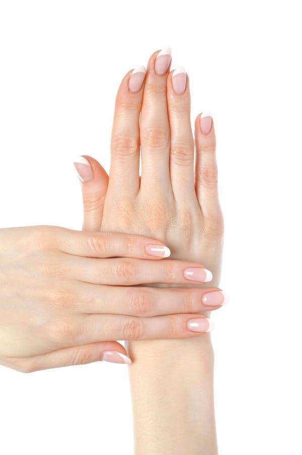 Mãos bonitas com manicure francês do prego perfeito fotos de stock royalty free