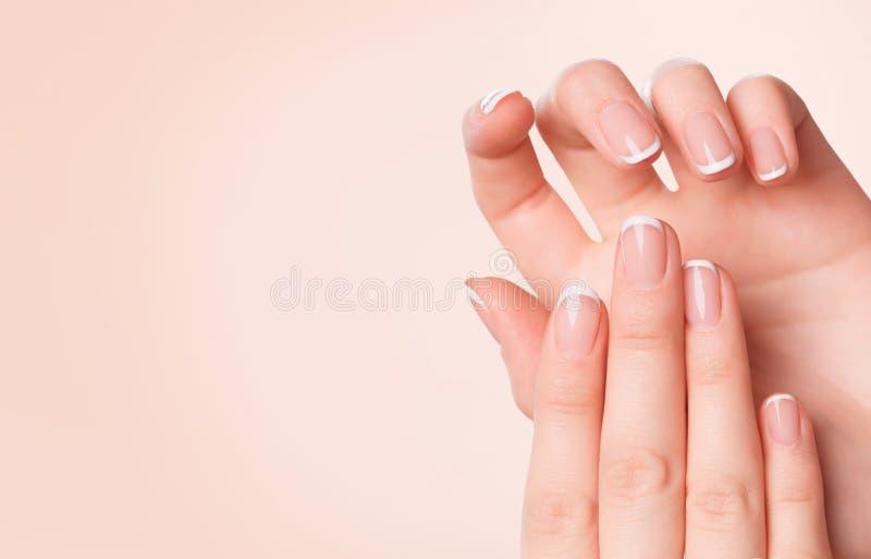 Mãos bonitas da mulher Conceito dos termas e do tratamento de mãos imagem de stock royalty free