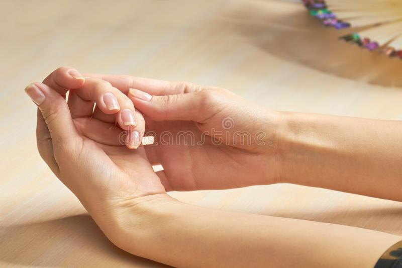 Mãos bonitas da mulher no salão de beleza do prego imagens de stock
