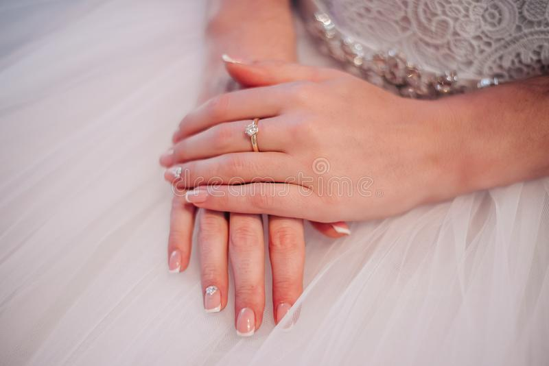 Mãos bonitas da noiva com tratamento de mãos imagens de stock royalty free